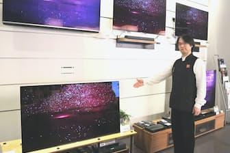 映像コンシェルジュの平野稔さんが有機ELテレビの魅力を直接解説している(東京都世田谷区の二子玉川 蔦屋家電)