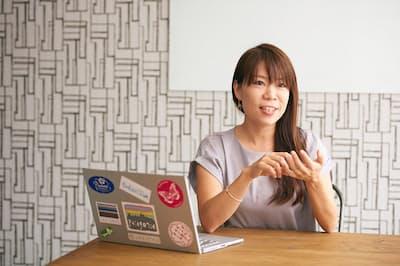 加藤マキさん。「複業」先の一つであるサイバー・バズのオフィスにて(nikkei WOMAN Onlineより)=写真/西田優太