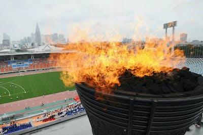 東京五輪の開催決定を祝い、火がともされた国立競技場(当時)の聖火台(2013年9月8日)