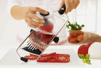 ドイツの調理道具メーカー、レズレーの「アジャスタブル V‐スライサー」(7500円)。どんなに軟らかいトマトでもスパッと超薄切りにできる(写真:菊池くらげ、以下同)