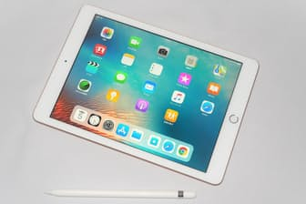 米国時間の3月27日に発表された、第6世代となる新しいiPad。価格はそのままにチップセット性能が向上したほか、新たにApple Pencilに対応した