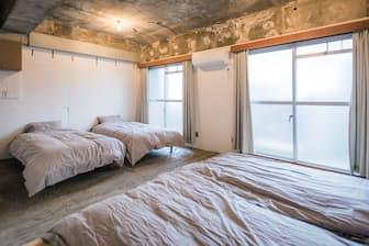 1977年に建てられた葛飾区の職員寮を改装した「Shibamata FU-TEN Bed and Local」。むき出しの古いコンクリートが個性になっている。R.projectが運営する。設計・デザインはOpenAと塚越宮下設計が手がけた。客室数は33室(写真提供:R.project)