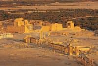 世界に知られた美しい遺跡パルミラ。手前から列柱道路、四面門、円形劇場、記念門と並び、奥には壁に囲まれたベル神殿が見える(PHOTOLIBRARY)