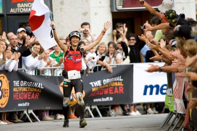 鏑木毅さん。40歳を迎えた2009年のUTMB(ウルトラトレイル・デュ・モンブラン)で世界3位になった際のゴール付近の様子(写真提供=鏑木さん)