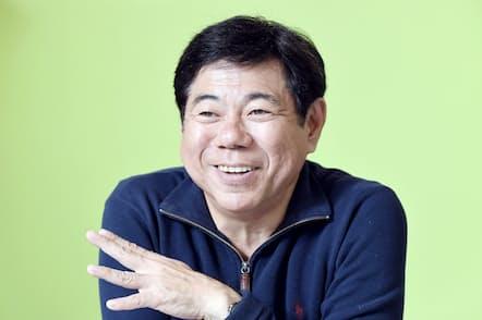 1961年沖縄県コザ市(現沖縄市)生まれ。りんけんバンドで全国デビュー。93年立川志の輔に師事し一人芝居を始める。2001年NHKの「ちゅらさん」に出演。高座名「志ぃさー」で沖縄落語を構築中。