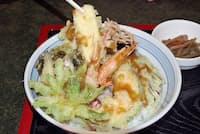 凍り豆腐の天ぷらを御柱祭の御柱に見立てている(秋月そば本店)