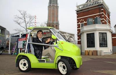 ハウステンボスを走る電動カートに乗る沢田氏。自社製の電気自動車が走る日はくるか=ハウステンボス提供