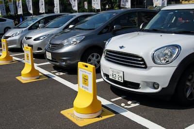 有料駐車場の一角に並ぶカーシェア用の車