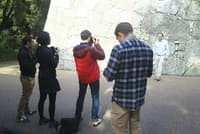 研修を兼ねた取材旅行で道後温泉に集合したスタッフ。松山城の石垣の前で。この後は各自、次の目的地に向かいました(写真:japan-guide.com)