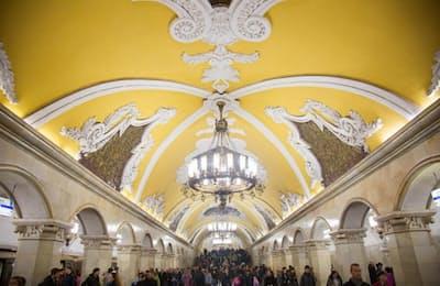 コムソモーリスカヤ駅:このモスクワ市でも有数の乗降者数がある駅では、全部で68本の見とれるほど美しい大理石の柱を、シャンデリアが照らしている(PHOTOGRAPH BY JEFF HEIMSATH)
