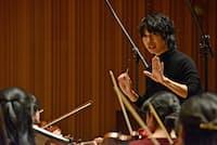 プロが集う管弦楽団を指揮する坂入健司郎(昨年12月、東京都杉並区)