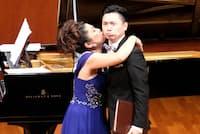田村麻子(左)のコンサートでは、歌わない「旅先案内人」に徹した(2017年10月24日、埼玉県の川口総合文化センター・リリア音楽ホール)