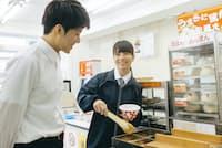 コンビニでは食べ物の注文や宅配便取り扱いで店員と言葉を交わす機会が少なくない。写真はイメージ=PIXTA