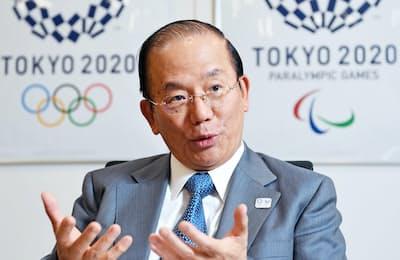 インタビューに答える東京五輪・パラリンピック大会組織委員会の武藤事務総長
