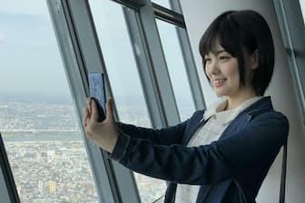 東京スカイツリーのガラスは反射による写り込みを防ぐために斜めになっている