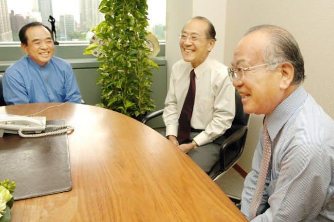 4兄弟は週1回の会議で顔を合わせていた。(左から)横川紀夫氏、横川端氏、茅野亮氏(2005年)