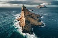 北大西洋フェロー諸島にあるティンドホウオルム島。カミンズ氏は険しい地形を何キロも歩いた末に、この息をのむほどの景観に出会った。「荒々しく飾り気のない美しさを見ると、自然のはかなさを感じます」(PHOTOGRAPH BY GARY CUMMINS)