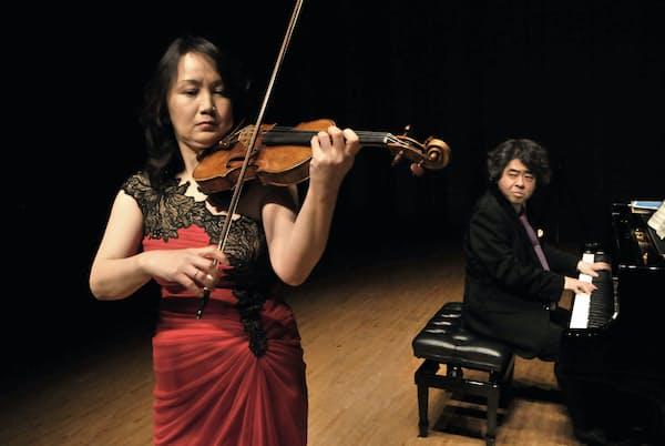 鈴木理恵子(手前左)と若林顕(2018年3月16日、東京・紀尾井ホール。撮影=林喜代種、提供=アスペン)