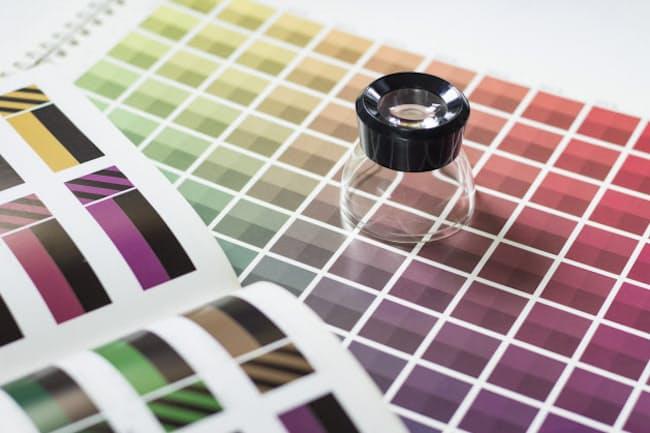 スーツの着こなしで「色」は外せないポイントのひとつ(写真はイメージ=PIXTA)