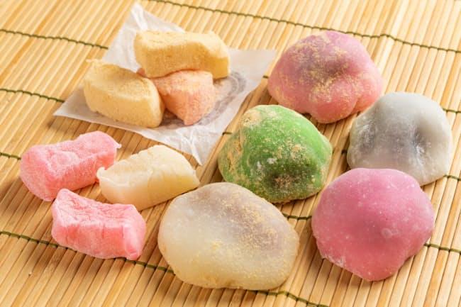 普通の和菓子に見えるかもしれないが、これらはハワイに根付いた和菓子だ(右側がFUJIYAのmochi、左上がNISSHODOのKinako Dango、左下がChichi Dango)