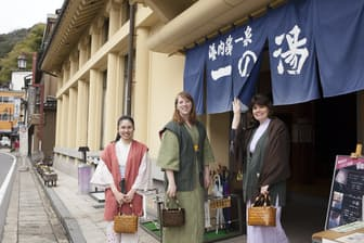 城崎温泉では街をそぞろ歩く外国人観光客の姿が多く見られる