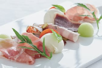 自家製のチーズ、肉加工品、野菜で構成されるアンティパストミスト