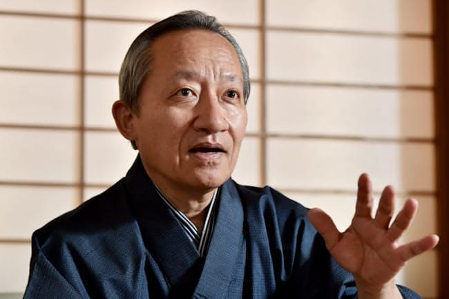 1953年大阪府生まれ。67年、吉田簑助に入門。2003年父の名跡を継ぎ三世桐竹勘十郎を襲名。08年に紫綬褒章、10年に日本芸術院賞。日本漫画家協会の会員でもある。