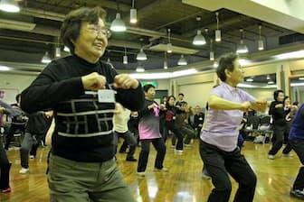 ヒップホップダンスの基本となる「ダウン」の動きを練習する参加者(大阪府和泉市)