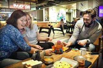 遊び心を加えたラウンジには、宿泊客の間で自然に交流が生まれる(東京都墨田区のモクシー東京錦糸町)