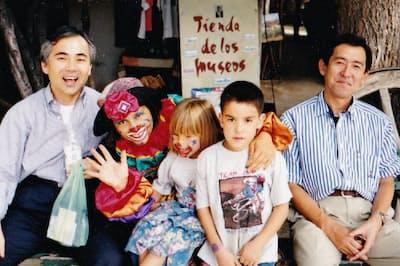 出張で訪れたチリで、現地の子どもたちと(97年1月、左が本人)