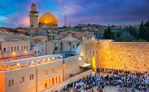 ユダヤ教徒らが祈りをささげる「嘆きの壁」(エルサレム)