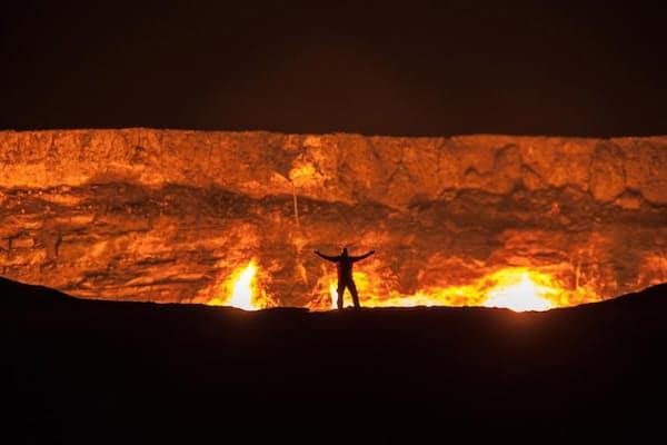 「地獄の門」は、天然ガスが燃え続ける大穴。数十年前から燃え続けている(PHOTOGRAPH BY GEORGE KOUROUNIS, NATIONAL GEOGRAPHIC CREATIVE)