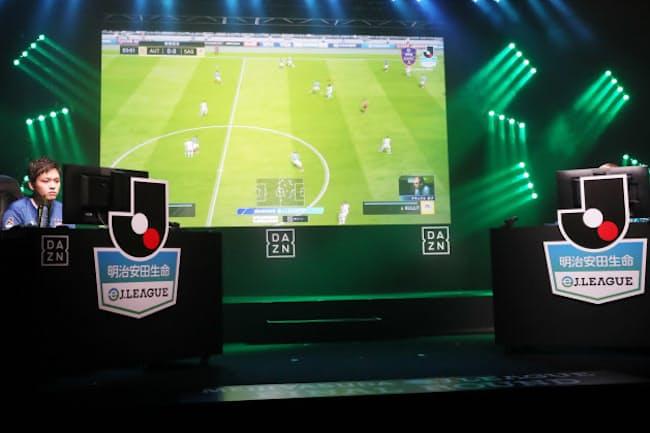 ゲームのなかの仮想空間とはいえ本物の試合中継を見ているよう(5月4日、東京都文京区のJFAハウス)