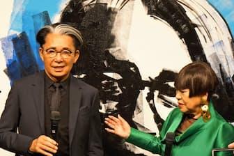 2018年4月に開いた自伝の出版記念パーティーであいさつする高田賢三さん(左、親友のコシノジュンコさんと)