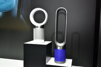 「Dyson Pure Coolシリーズ」2機種。左は「Dyson Pure Cool 空気清浄テーブルファン」(直販価格税込み5万9184円)、右は「Dyson Pure Cool 空気清浄タワーファン」(直販価格税込み7万2144円)。各ホワイトシルバーとアイアンブルーがある