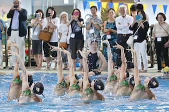 プールサイドでスペイン代表チームの演技を見るイベントの参加者(5月1日、東京都江東区の辰巳国際水泳場)