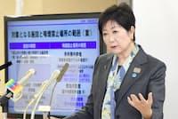 記者会見で東京都の受動喫煙防止条例案を説明する小池百合子知事