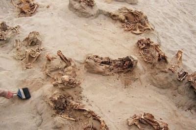 考古学者たちは1日で12体以上の生贄の遺体を発掘した。遺体は乾燥した砂の中で500年以上保存されていた。子供たちの死亡時の年齢は8歳~12歳が多かった(PHOTOGRAPH BY GABRIEL PRIETO)