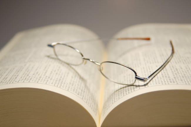 手元の細かな文字が読みづらくなるのは老眼の症状(写真はイメージ=PIXTA)