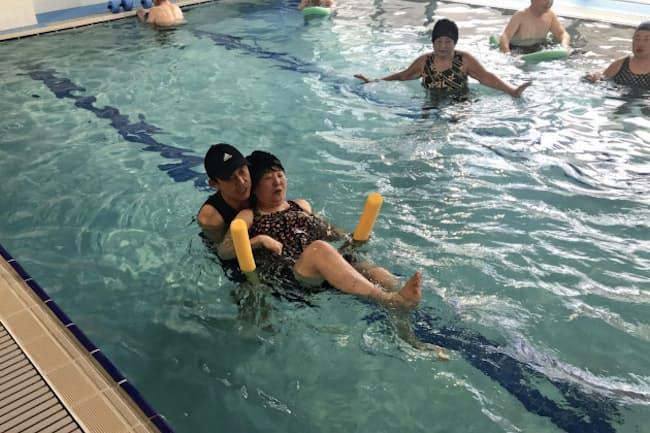 個別指導で足のリハビリを行う女性(堺市のデイサービスひなた)