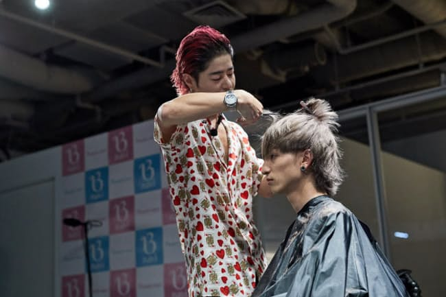 モデルの髪を素早くカットする高木さん。仕上げまで10分ほどだ(東京・渋谷「ビューティナビ」イベントで)