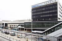 2020年の全面開業に向けて改修工事中の大阪国際空港ターミナルビル。大規模な改修は1969年の供用開始以来。バス、タクシー乗り場も中央エリアに集約