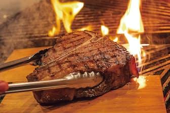 肉ブームが続くなか、調理法で差別化を図る流れが加速する。特に注目なのがウッドプランク・グリルという手法。水に漬けた桜の木の板などをグリル台や網に載せ、その上でTボーンステーキなどをいぶし焼きするのが一般的だ