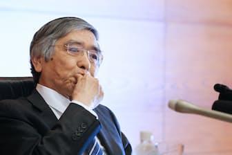 日銀は4月27日に公表した経済・物価情勢の展望で、「2019年度ごろ」としていた2%のインフレ目標の達成時期を削除した。写真は記者会見する黒田総裁(日銀本店)