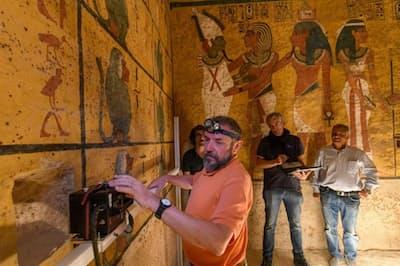 ツタンカーメン王の墓で、地中探査レーダー(GPR)を使用して西の壁の奥に空間がないか探す技術者。2018年の調査は、イタリア、トリノ工科大学の専門家が中心となって進められた(PHOTOGRAPH BY KENNETH GARRETT, NATIONAL GEOGRAPHIC)