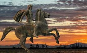 ギリシャのテッサロニキ港にあるアレクサンドロス大王の騎馬像