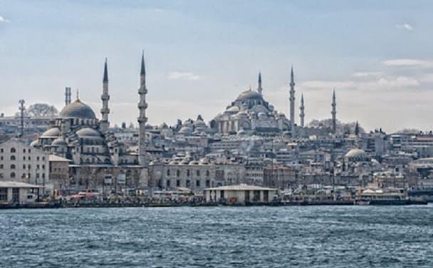 イスタンブール旧市街にそびえるスレイマニエ・モスクはスレイマン1世が命じ建築した