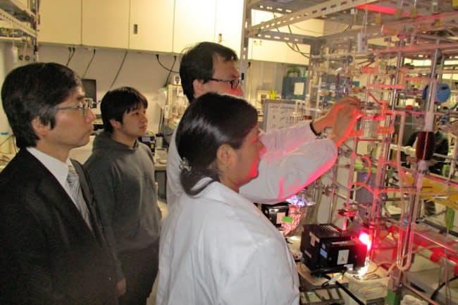 若手が協力して研究を進める(東京理科大の研究室)