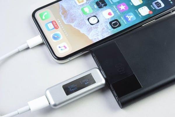 戸田覚氏は、最近、iPhoneの急速充電機能にとても満足しているという (日経トレンディネットより)