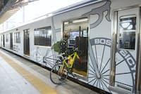 B.B.BASEとは「房総バイシクルベース」の略。JR両国駅と首都圏在住のサイクリストたちに人気のツーリングエリア、房総半島を結ぶ全6両編成の特別列車だ。自転車でそのまま乗り込む(写真:松井進、以下同)